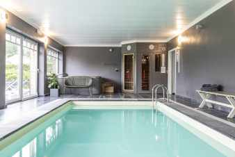 4.5-star holiday home with swimming pool and jacuzzi to rent in Paliseul
